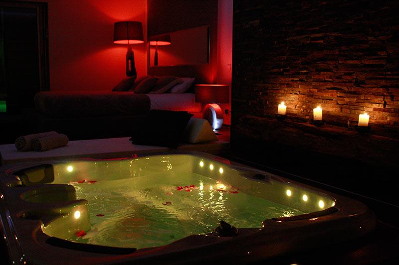 magnifique suite avec jacuzzi privatif dans la chambre et piscine privative - Chambre Avec Piscine Privee France