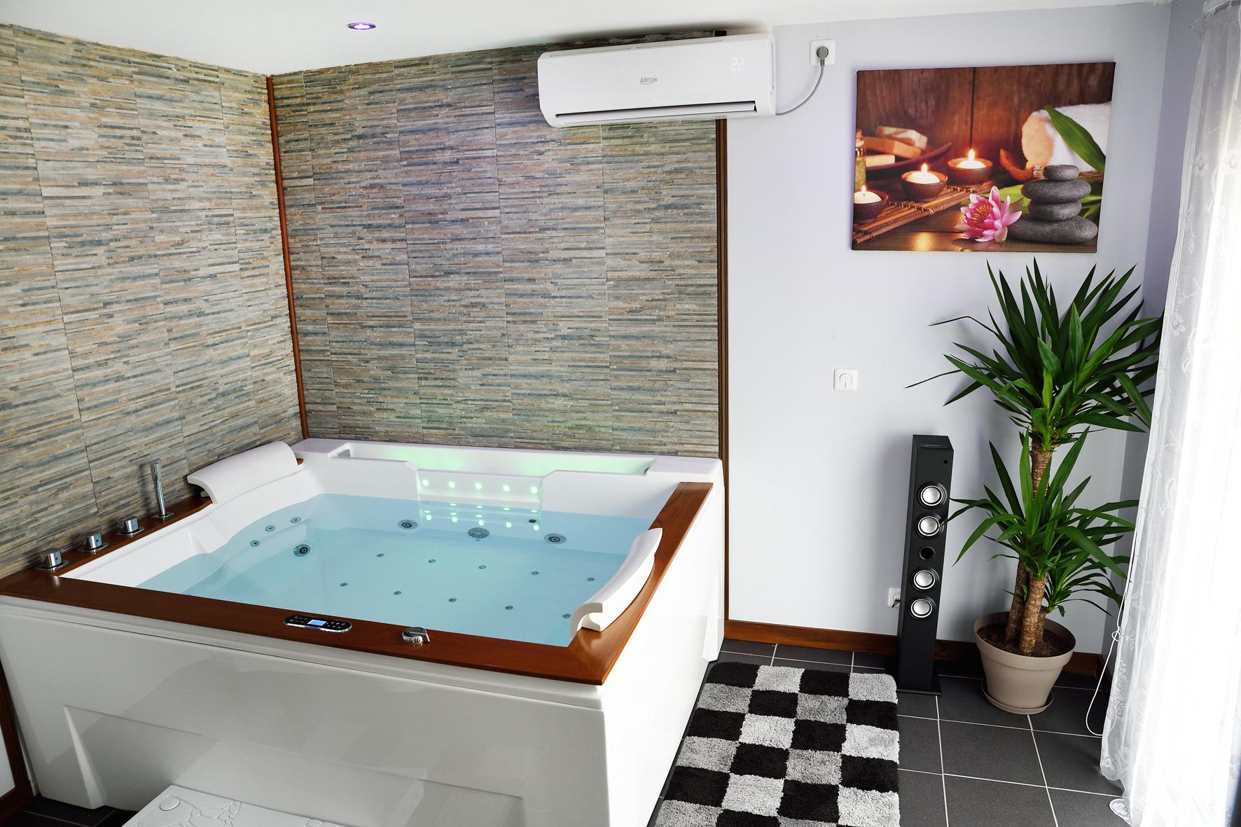 Awesome salle de bain de luxe avec jacuzzi gallery for Chambre de luxe avec jacuzzi