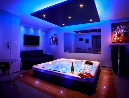 Jacuzzi privatif nuit d 39 amour for Hotel design jacuzzi paris
